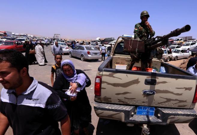 Familias iraquíes huyen de la violencia en la provincia de Nínive...