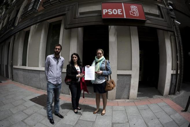 Alberto sotillos (izquierda) en Ferraz pidiendo un proceso de...
