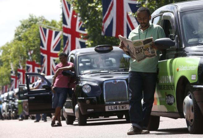 Taxistas parados ayer en el centro de Londres.
