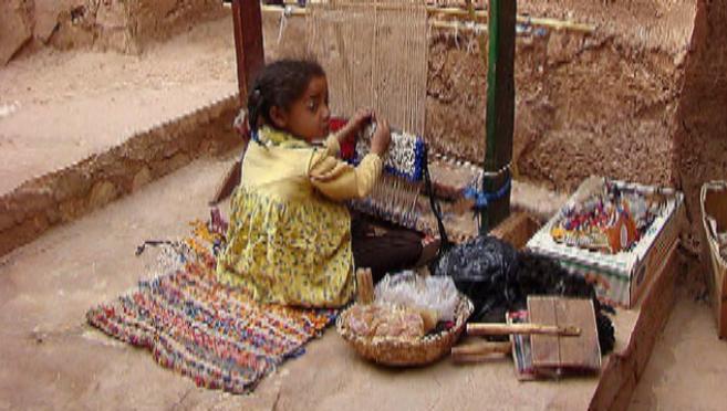 Una niña trabaja en un telar en Ait Benhaddou, Marruecos.