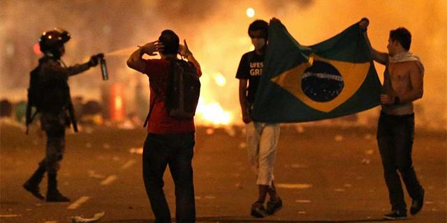 Manifestantes en Brasil durante la Copa Confederaciones de 2012