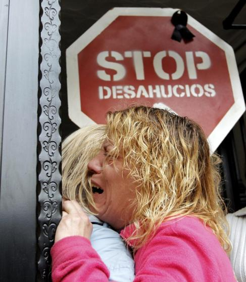 Dos vecinas de Valencia se abrazan ante una orden de embargo de su...
