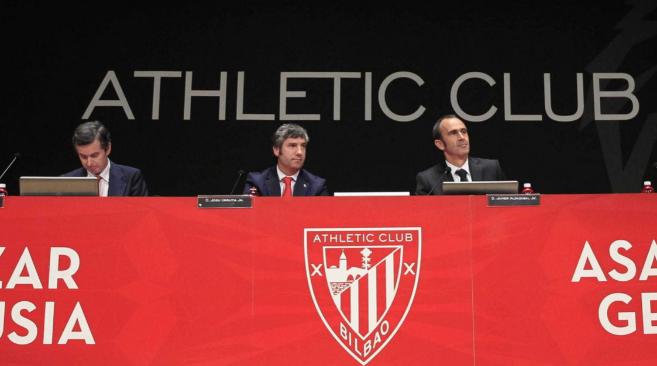 Vicente Arenal, Josu Urrutia y Javier Aldazabal durante la Asamblea de...