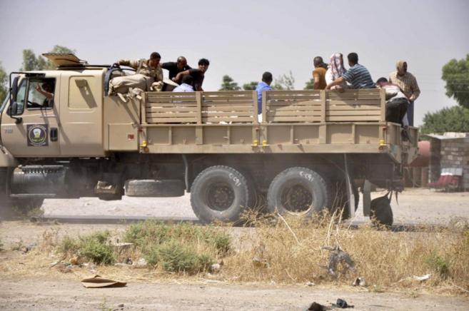 Fuerzas de seguridad iraquíes dejan una base tras la toma de Kirkuk...
