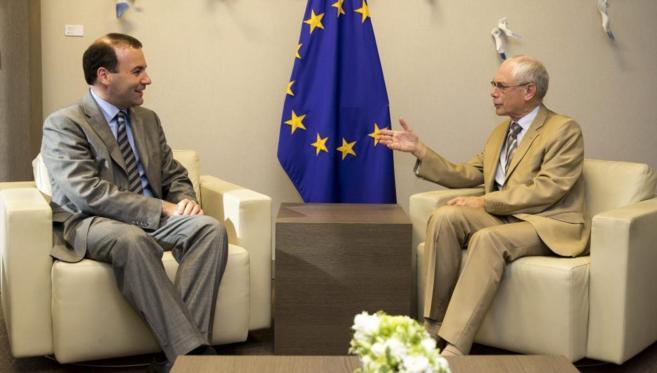 Herman van Rompuy (dcha.) conversa con el recién elegido presidente...
