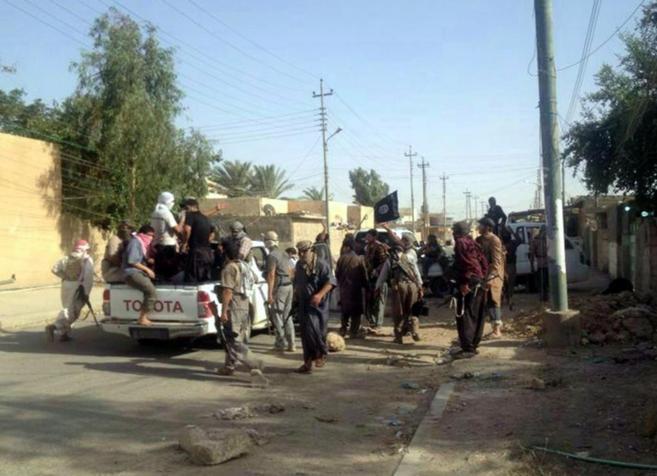 Miembros y simpatizantes del ISIS en una calle de la ciudad iraquí...