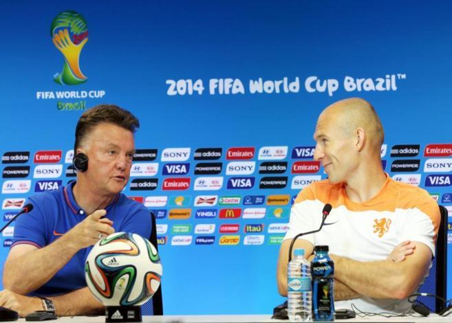 Louis van Gaal y Robben (der.), en la rueda de prensa previa al...