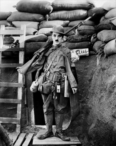 Chaplin en 'Armas al hombro' (1918)