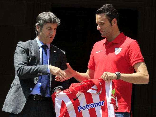 El presidente del Athletic Club de Bilbao, Josu Urrutia, saluda a...