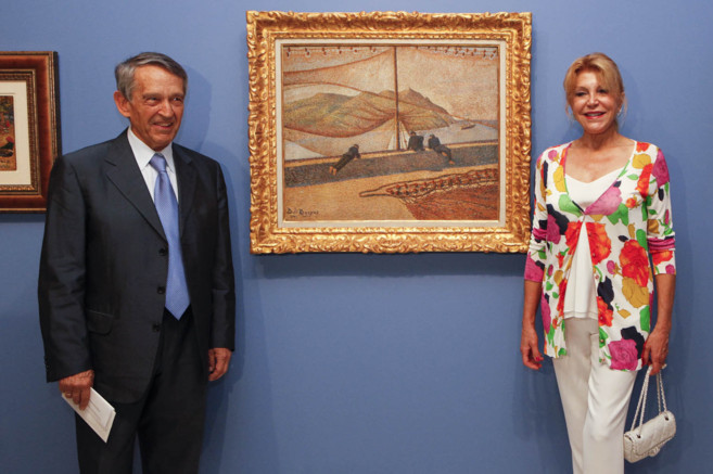 El comisario Juan San Nicolás y la baronesa Thyssen, junto a...
