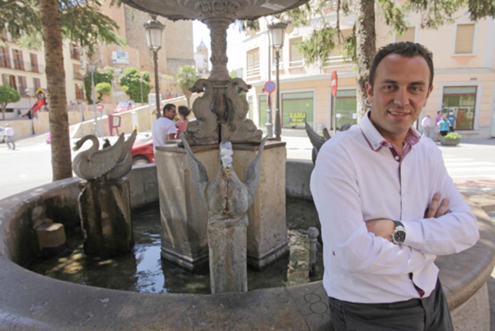 El alcalde de Requena, Javier Berasaluce, junto a la Fuente de los...