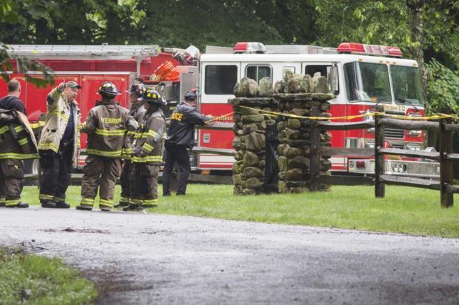 Los bomberos en la zona donde se ha estrellado el avión.