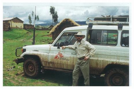 Richard Rockefeller junto a un vehículo de MSF, donde colaboraba.