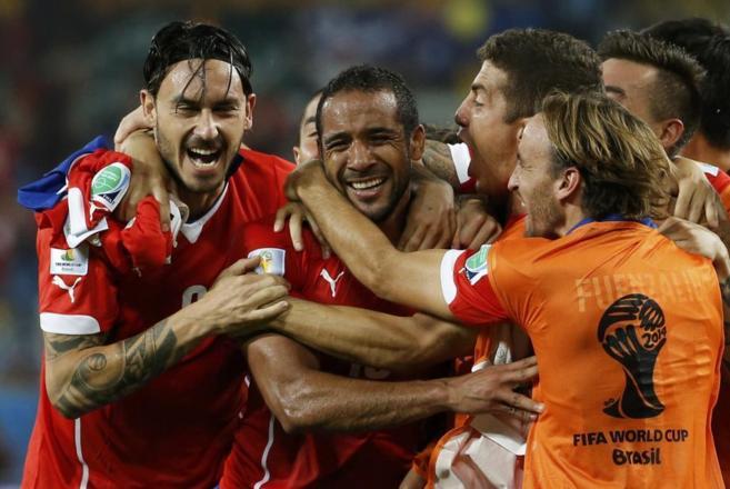 Los jugadores chilenos festejan el tanto de Jean Beausejour.