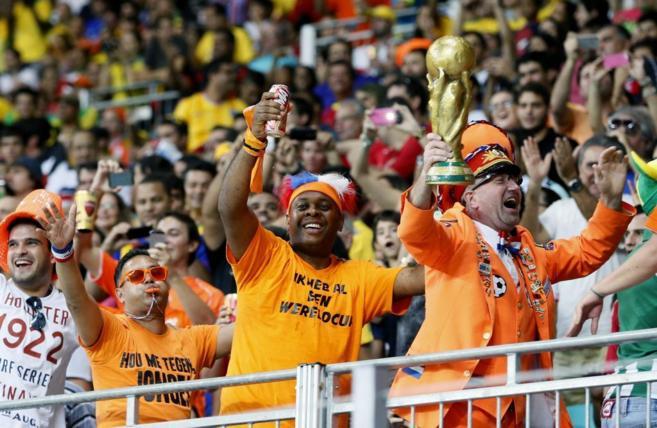 Seguidores de Holanda celebran la victoria contra España.