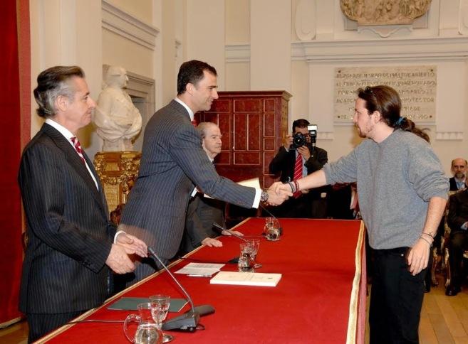 Don Felipe entrega su beca a Iglesias el 31 de mayo de 2007 en Madrid....