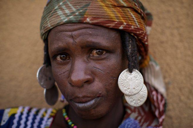 Una mujer fulani con rastas adornadas con 'thalers'.