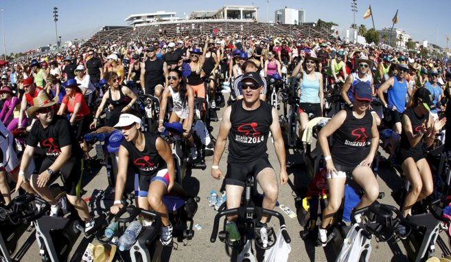 Récord Guinness en la Marina: 1202 ciclistas pedalean a la vez | Comunidad  Valenciana | EL MUNDO