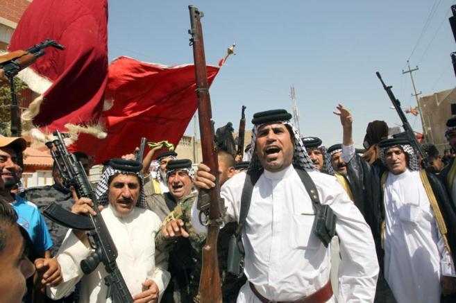 Hombres de las tribus iraquíes se concentran con sus armas en Bagdad...