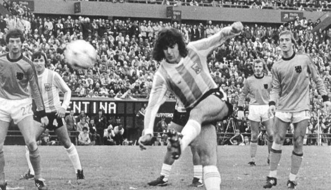 Kempes marca en la final del 78 contra Holanda.