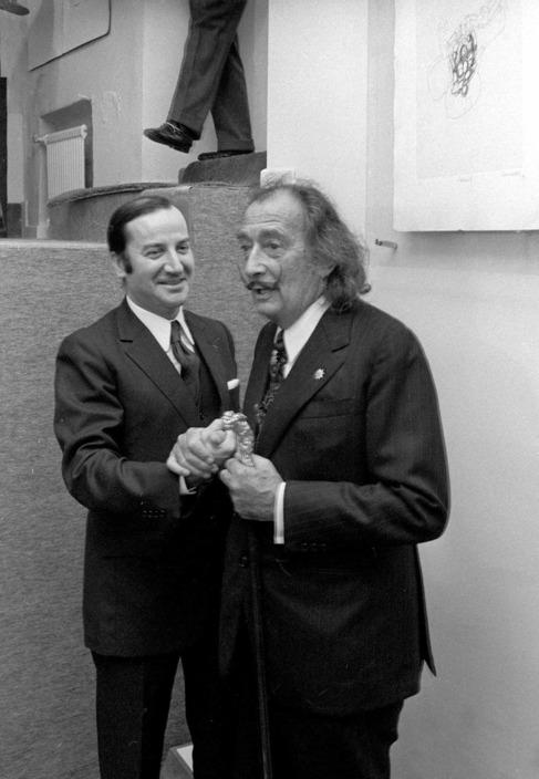 Miguel Berrocal bromea con Salvador Dalí en 1972.
