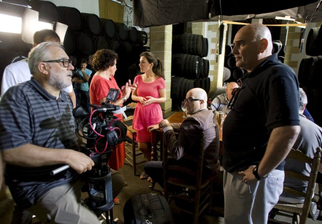 El productor Antonio Saura (dcha) conversa con el director Jose Luis...