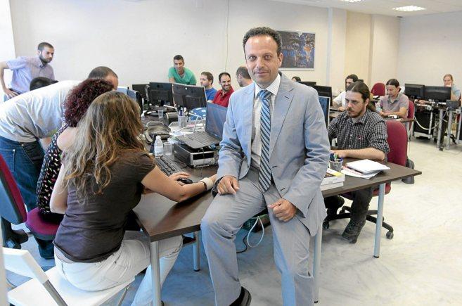 Julio Pérez, responsable del Grupo Soltel, junto a empleados en sus...
