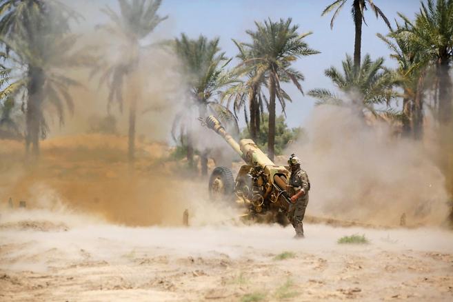 Fuerzas de seguridad iraquíes se enfrentan a los islamistas del ISIS...
