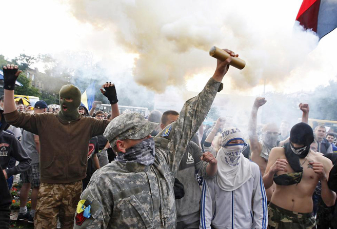Manifestantes ucranianos en una protesta contra el presidente ruso,...