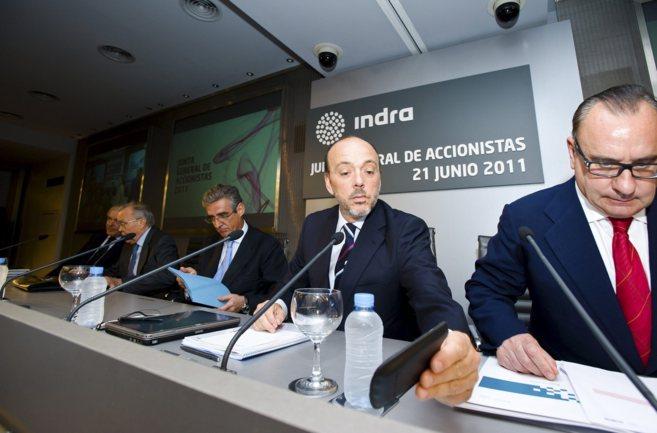 El presidente de Indra, Javier Monzón, mira su telefono antes de una...