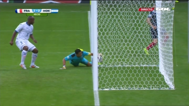 El momento en el que el balón rebasa la línea de gol.