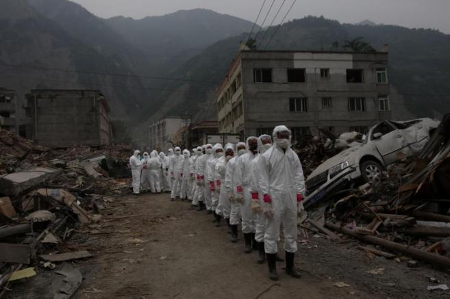 Una brigada de desescombro, en Sichuan, en 2010.