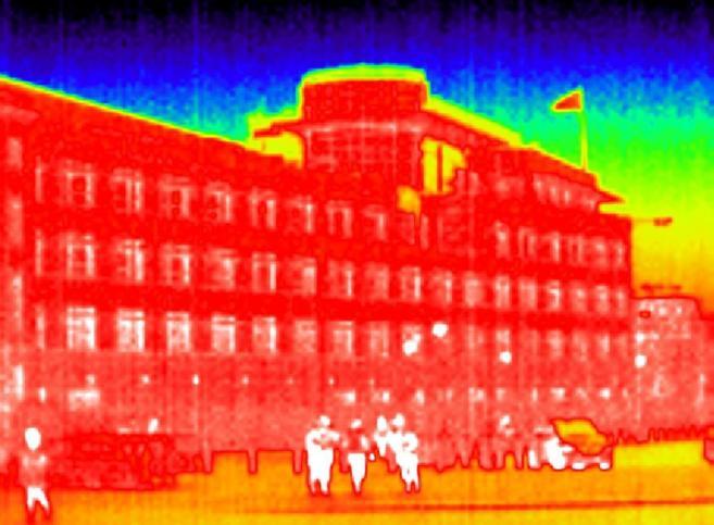 Vista de la embajada de Estados Unidos en Berlín a través de una...