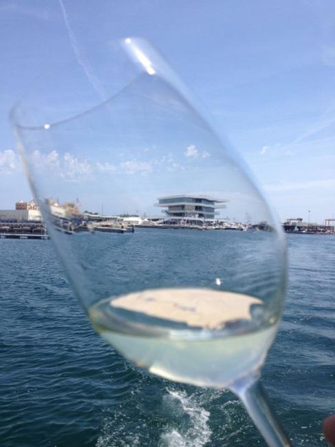 Una copa de vino con el Veles e Vents al fondo.