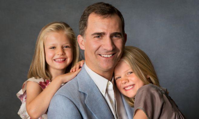 El Príncipe Felipe acompañado por sus hijas Leonor y Sofía.