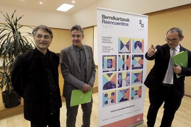 El director de la OSE, Iñigo Alberdi (d), el director Jun Märkl (i),...