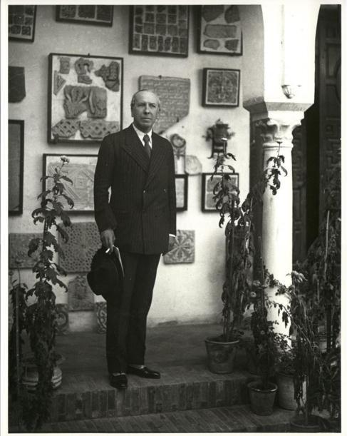 Eduardo Zamacois en el jardín de la casa Julio Romero de Torres,...