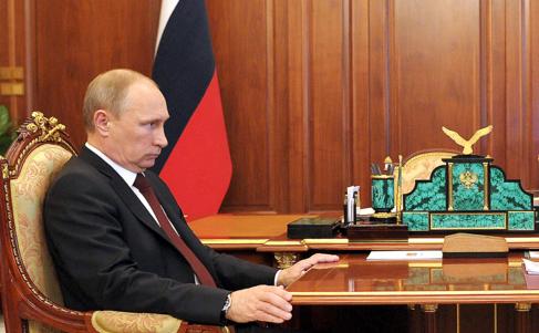 El presidente ruso, Vladimir Putin, asiste a una reunión en el...
