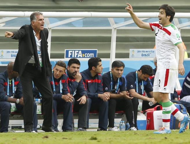 Queiroz da instrucciones a un jugador de la selección de Irán.