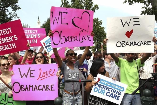 En la imagen, muchos jóvenes apoyan la reforma sanitaria de Obama con...