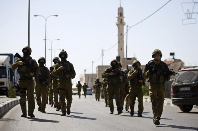 Soldados israelíes patrullan las calles de Hebrón en el marco de la...