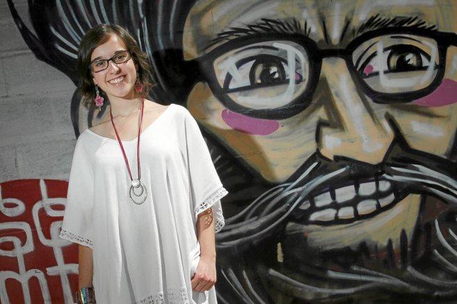 Laura Venzal, alumna de Madre Alberta, posa delante de un grafiti en...