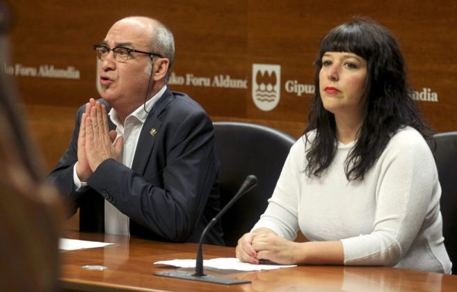 El diputado general de Gipuzkoa, Martín Garitano, y la portavoz de la...