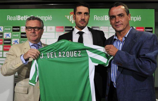 El nuevo entrenador del Betis, Julio Velázquez, entre el presidente...