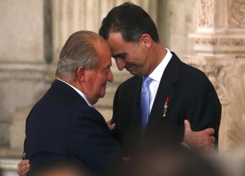 Juan Carlos I abraza a su hijo tras firmar la Ley de Abdicación.