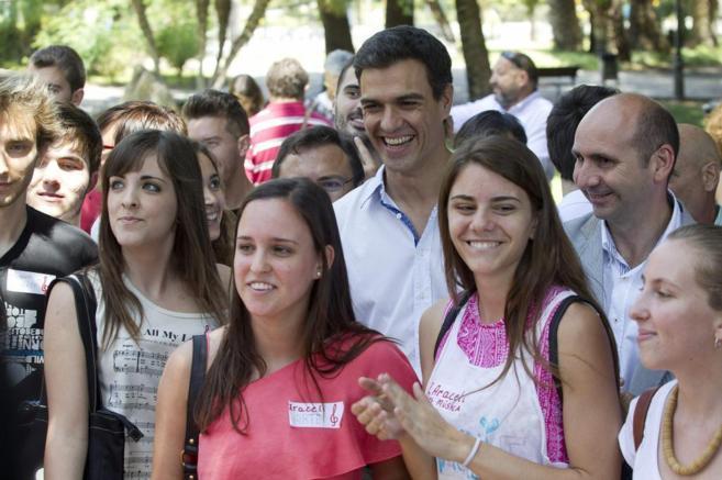 Pedro Sánchez, rodeado de simpatizantes en Málaga.