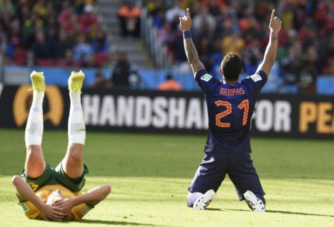 El holandés Memphis celebra el triunfo de Holanda junto a un...