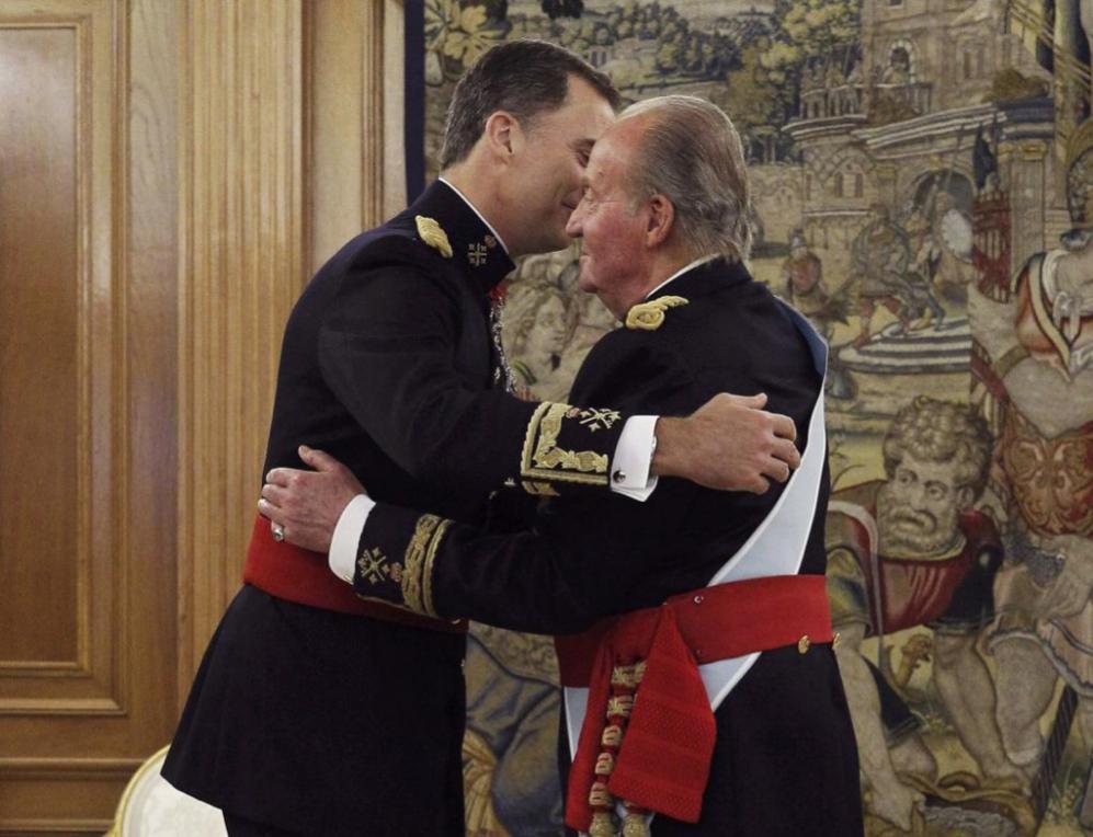 Don Juan Carlos y su hijo el Rey Felipe VI se abrazan tras la...