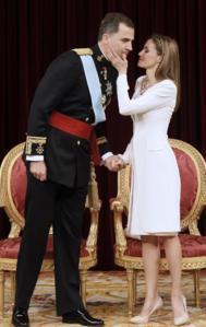 Doña Letizia besa a su marido tras ser proclamado Rey.