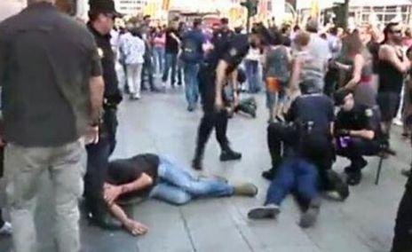 La Policía retiene e identifica a varias personas en Gran Vía.
